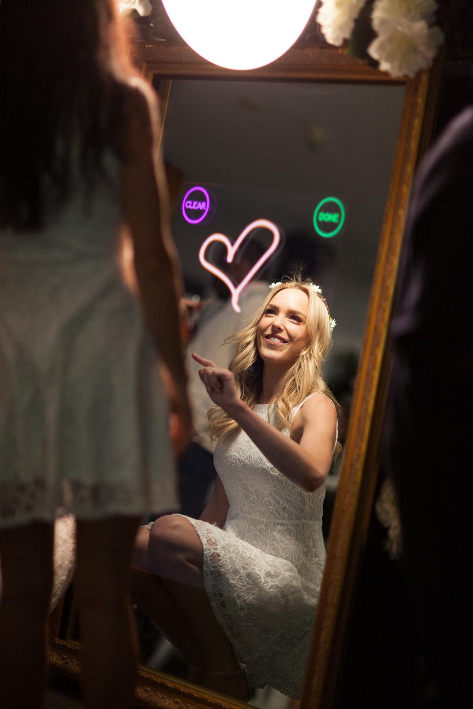 Happy Selfie Magic Mirror Interattivo Per Matrimoni che puoi noleggiare direttamente sul nostro sito web