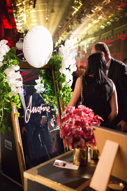 Happy Selfie Magic Mirror ti permette di creare un allestimento Selfie esclusivo per Matrimoni