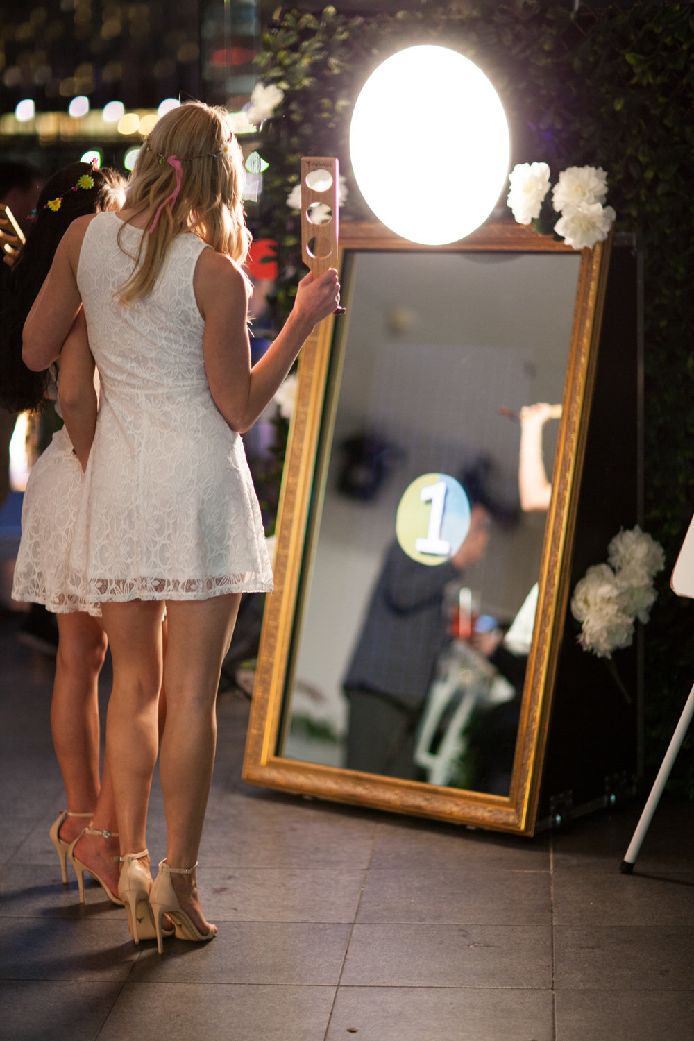 Happy Selfie Magic Mirror ideale da nolleggiare per creare un area Selfie per gli ospiti del tuo Matrimonio