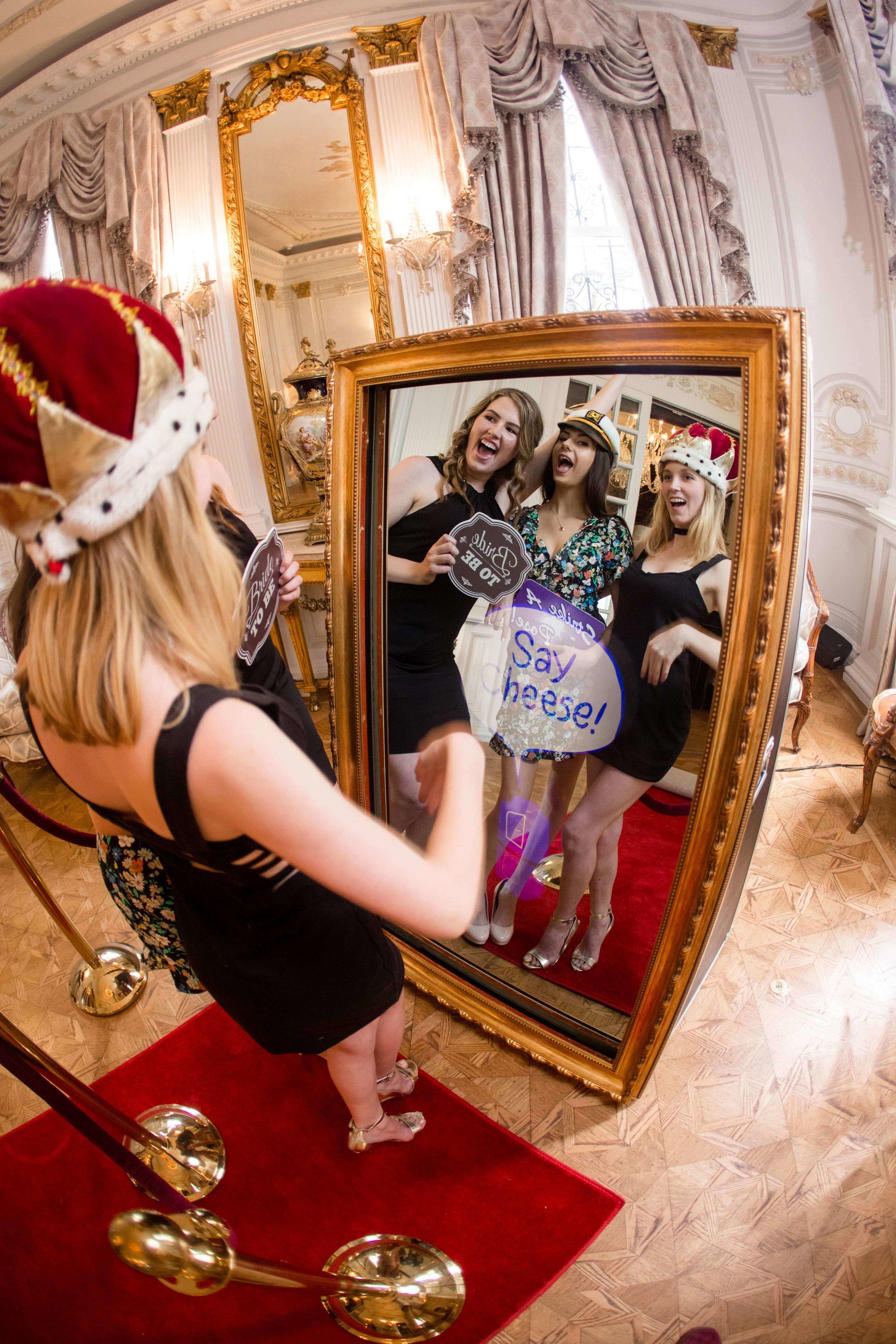 Un Magic Mirror Selfie Booth da noleggiare per i tuoi Compleanni e Feste per realizzare selfies esclusivi