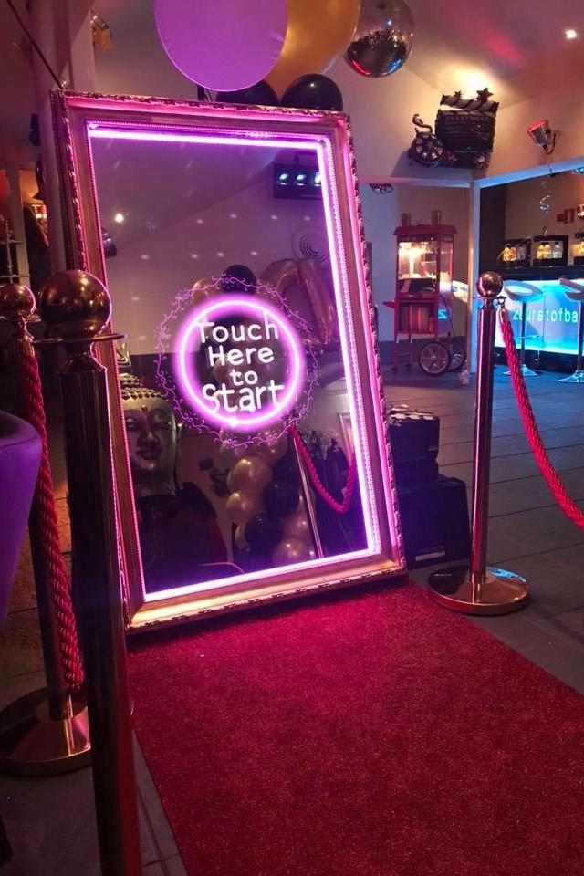 Il nostro Magic Mirror Selfie Booth viene noleggiato per eventi con Red Carpet per essere ancora più chic