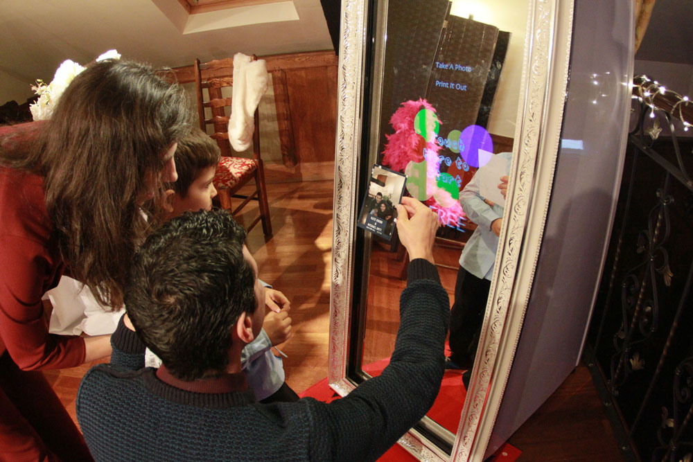 Magic Mirror da 65 pollici per Eventi e Matrimoni da noleggiare dal sito Happy Selfie